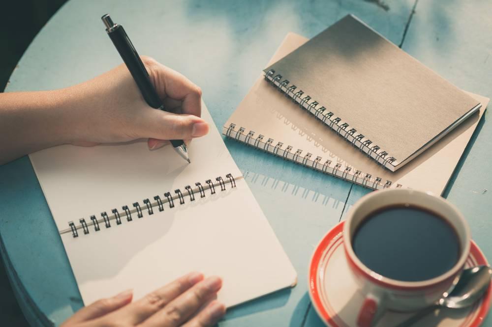 Cara melatih ambidextrous yang paling mudah adalah dengan menulis