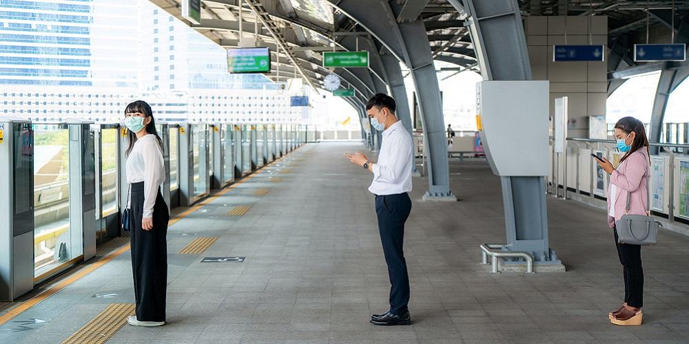 Physical distancing saat menunggu MRT