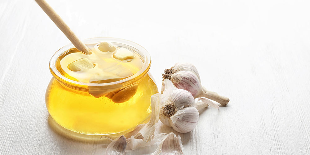Anda bisa menggunakan bawang putih untuk jerawat dengan madu