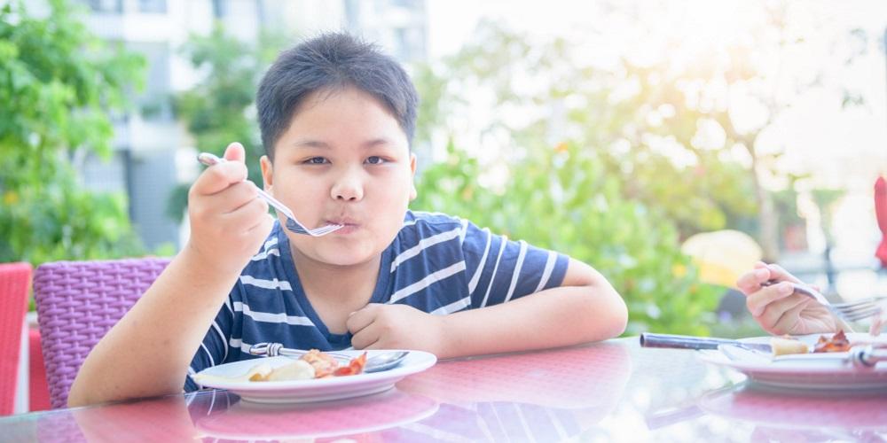 Mengatur porsi makan anak bisa bantu anak turunkan berat badan
