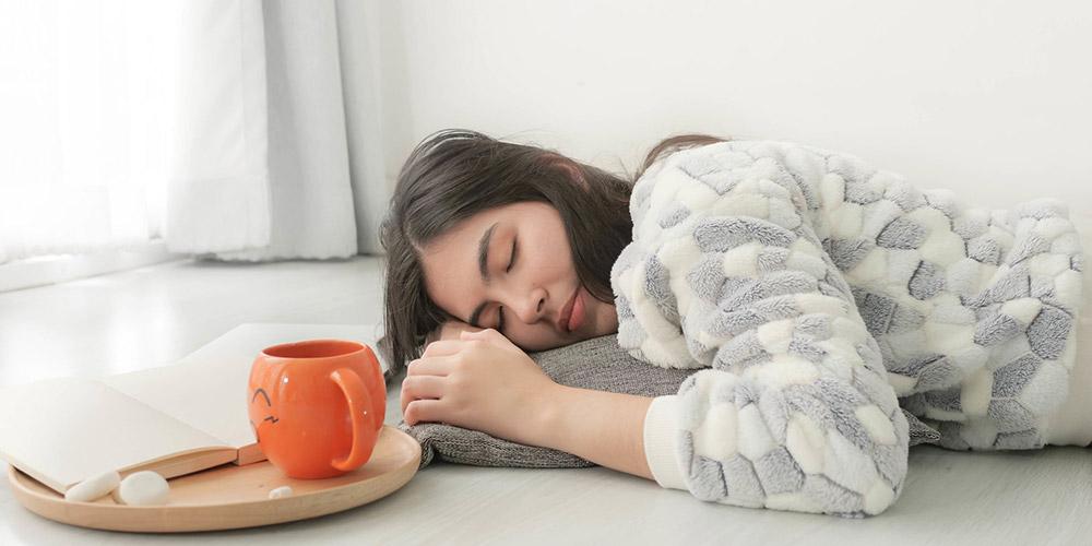 perempuan tidur di lantai