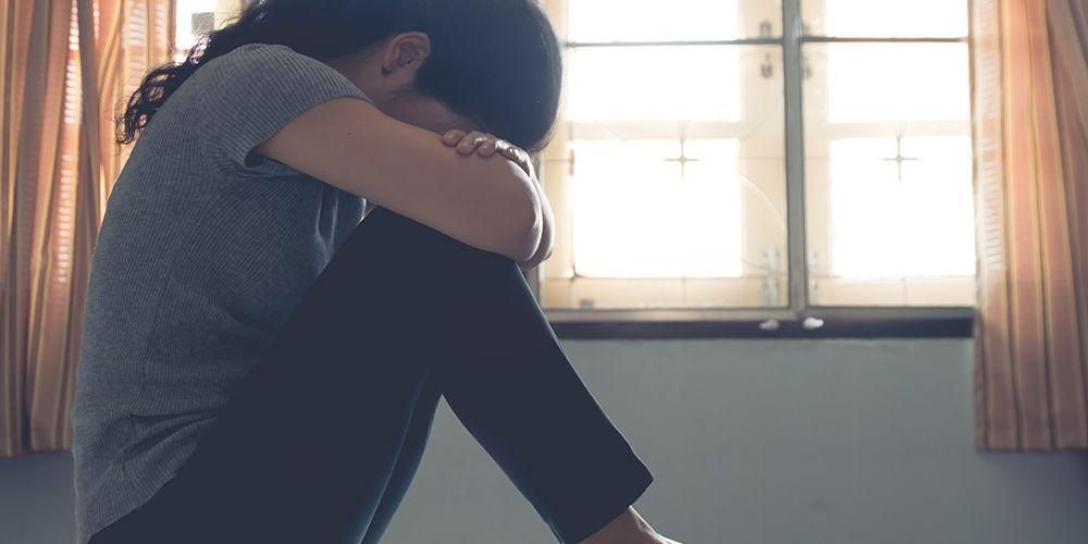 Seorang wanita sedang sedih