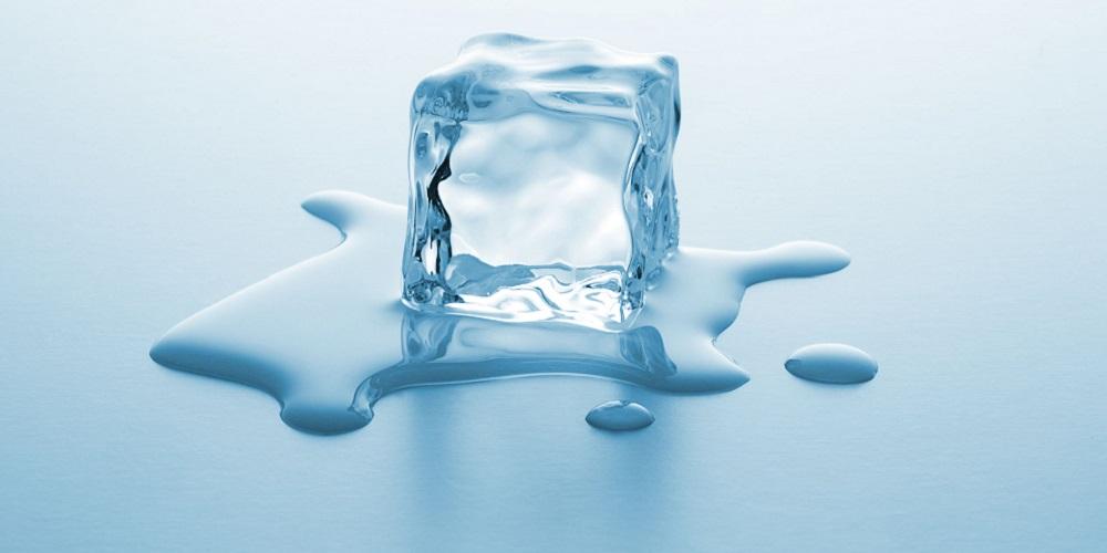 Cara menghilangkan bruntusan di jidat bisa dengan penggunaan es batu