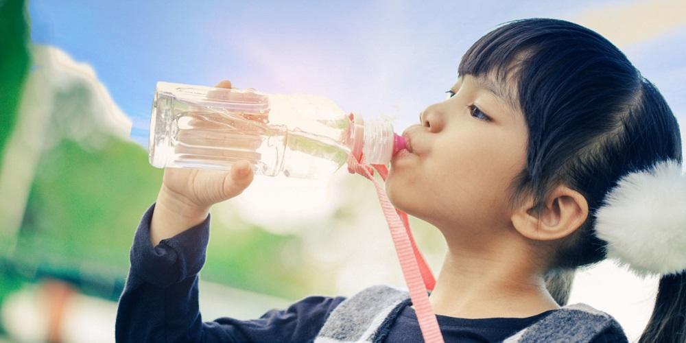 Minum air putih bisa redakan perut kembung pada anak