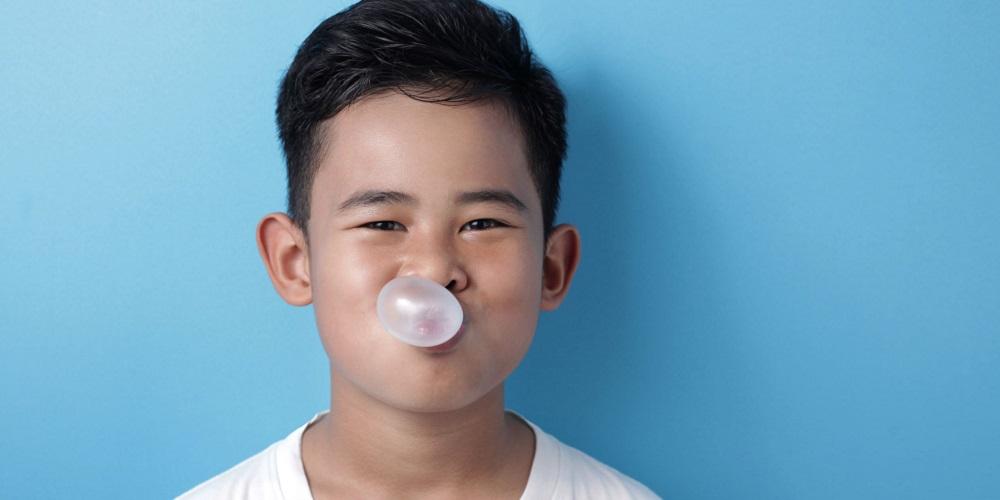 Terlalu sering mengunyah permen karet bisa jadi penyebab anak kembung