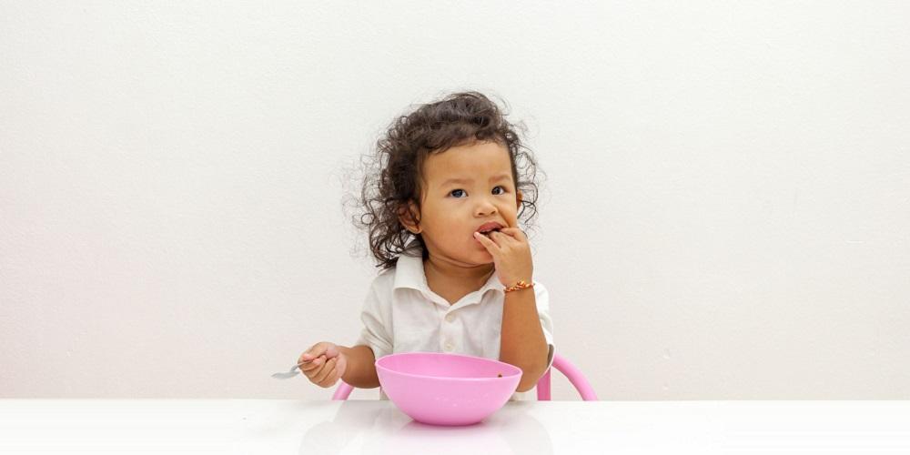 Perut kembung pada anak bisa diatasi dengan membatasi porsi makan