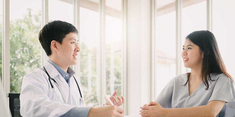 Seorang ibu sedang berkonsultasi dengan dokter