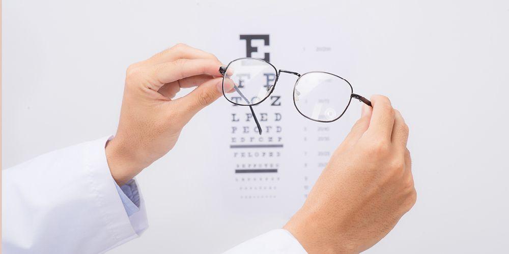menggunakan kacamata