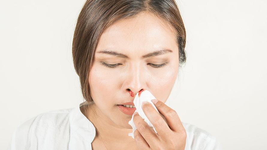 Jepit lubang hidung bagian atas dengan telunjuk untuk atasi mimisan saat hamil