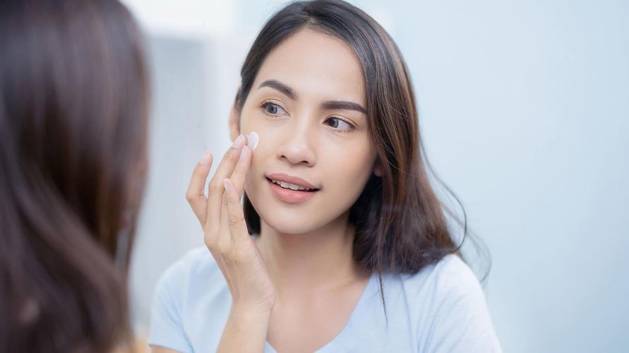 Penyebab kulit wajah mengelupas bisa dengan menghindari obat yang mengandung AHA atau benzoyl peroxide