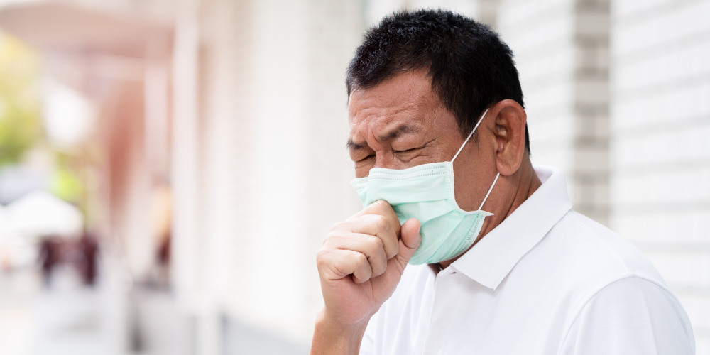 selain menjalani pengobatan TBC, penderita juga harus memakai masker