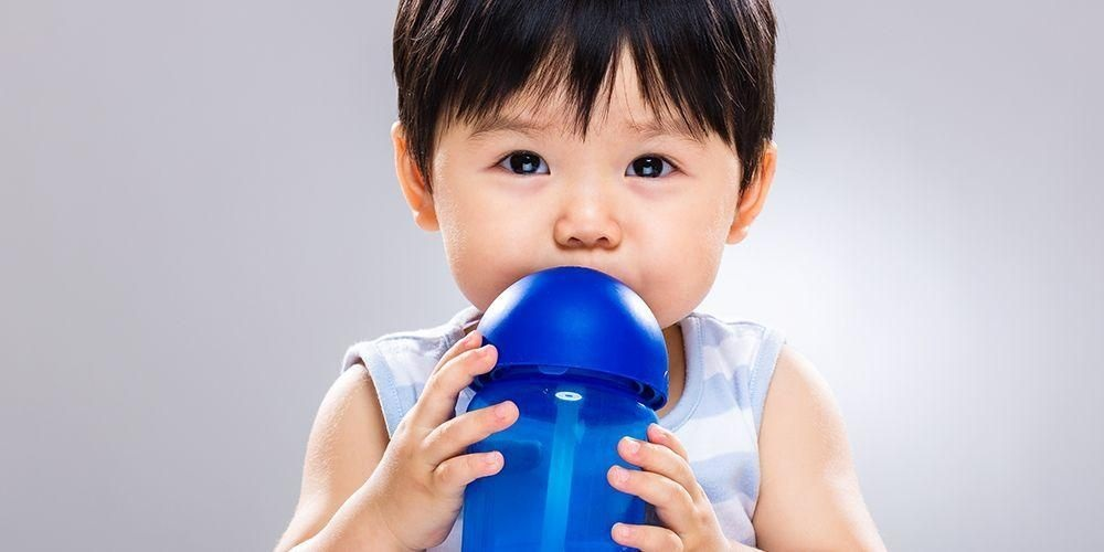 minum susu di dalam botol