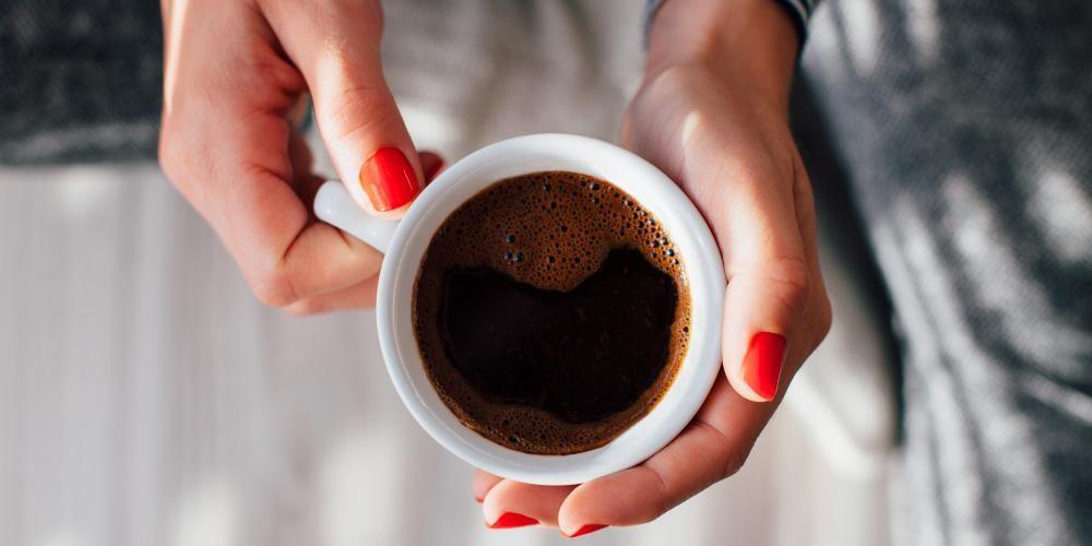 Pantangan ibu setelah melahirkan: minum kopi terlalu banyak