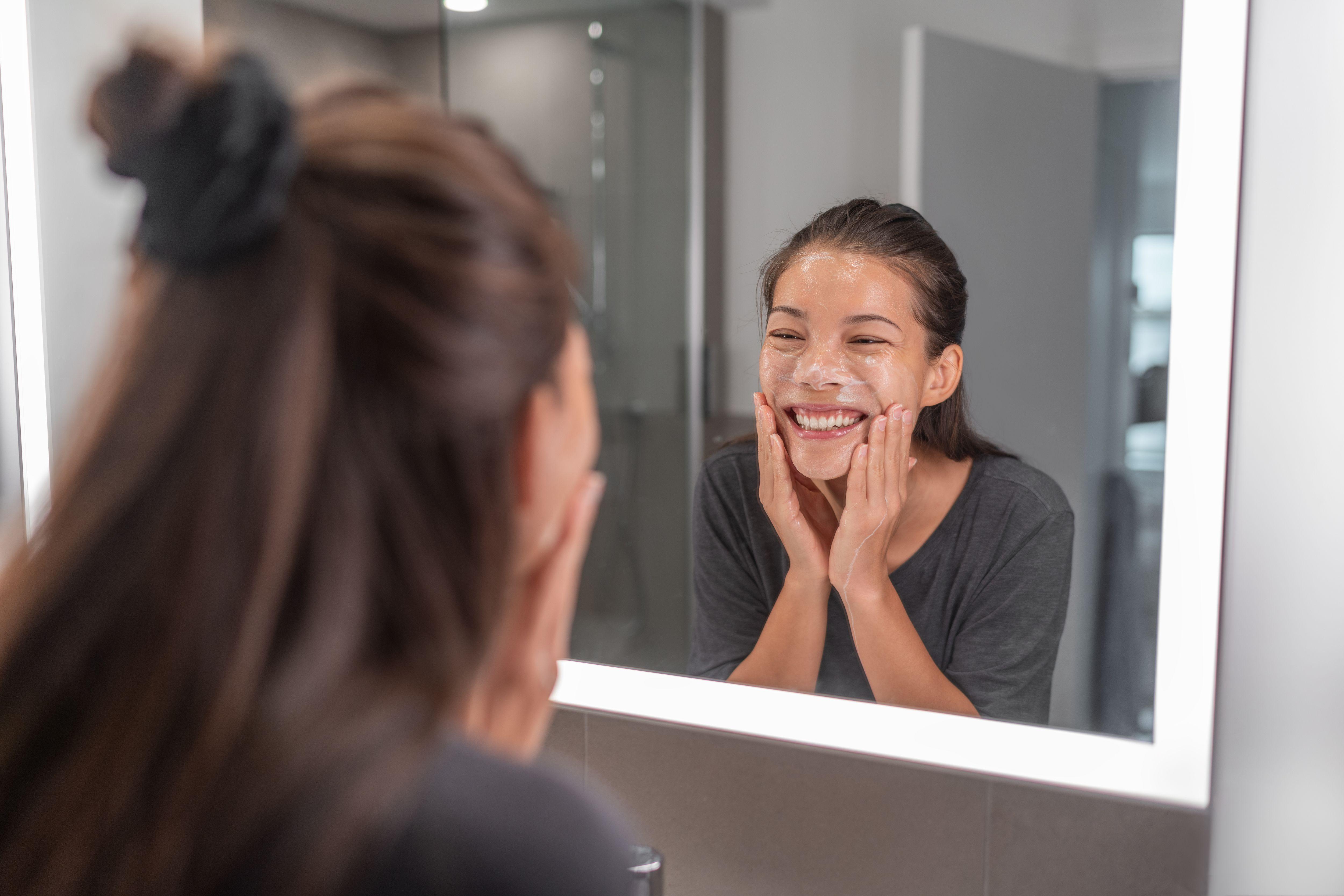 Beda oil cleanser dan milk cleanser dilihat dari cara penggunaannya ke kulit