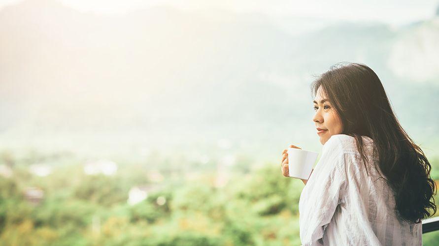 wanita minum kopi pagi