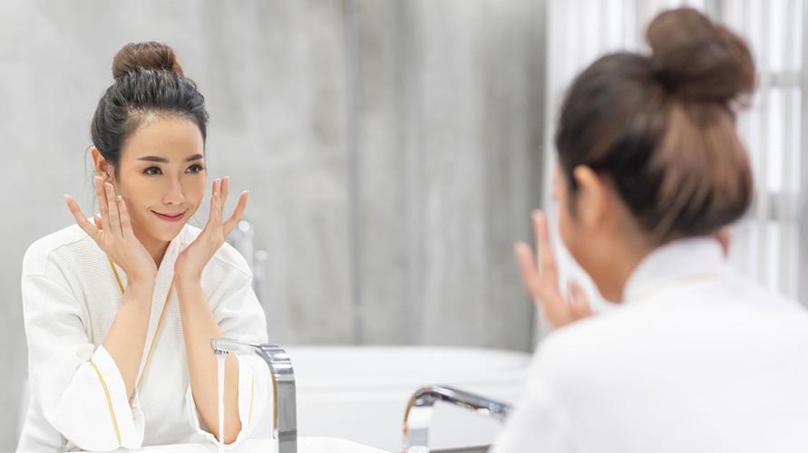 Pakai pelembap sebagai cara mengatasi kulit wajah kering dan mengelupas
