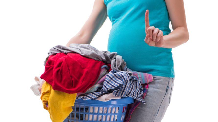 Memindahkan benda berat adalah pekerjaan rumah yang tidak boleh dilakukan ibu hamil muda