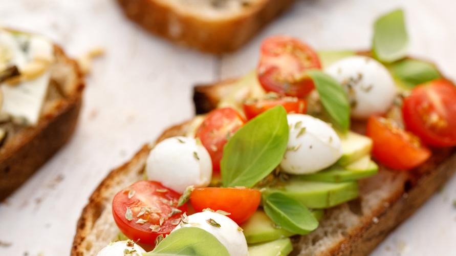 Keju mozzarella dan tomat ceri menambah cita rasa Italia dalam avocado toast