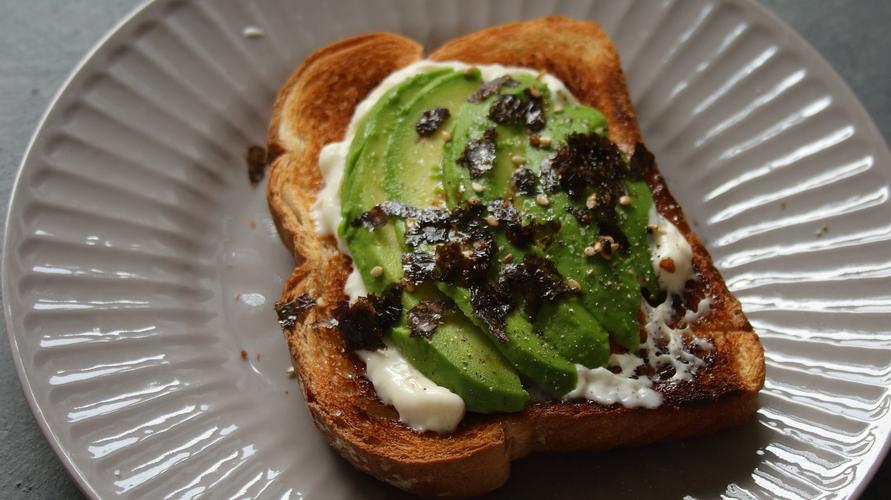 Beri nori atau rumput laut untuk membuat cita rasa avocado toast seperti sushi