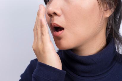 Akibat kurang minum air putih adalah bau mulut