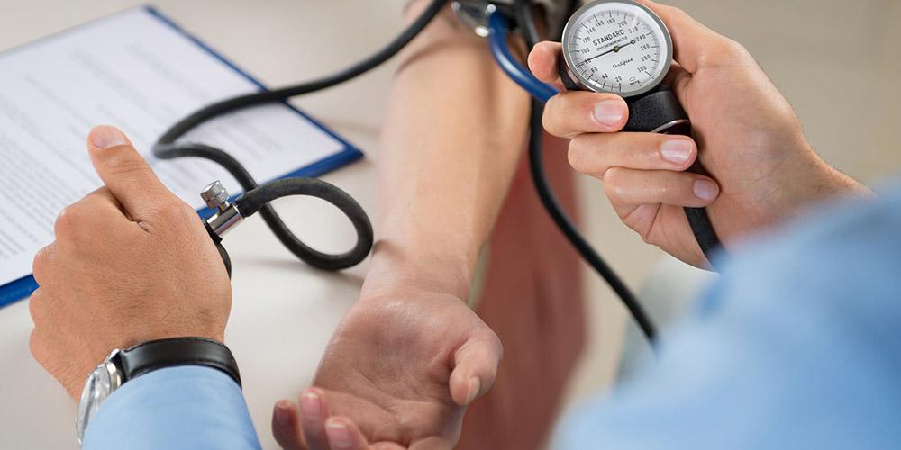 mengukur tekanan darah