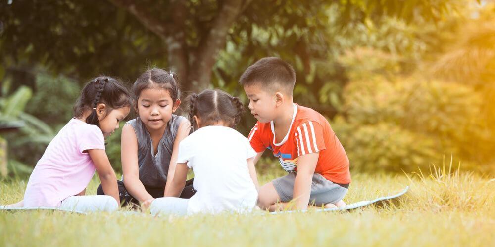 sekelompok anak sedang bermain