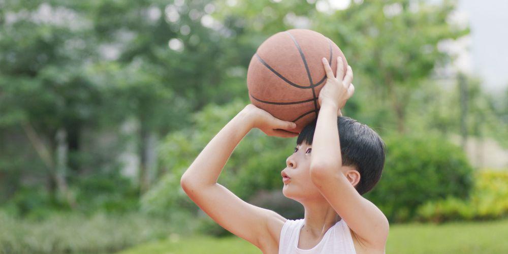 Anak main basket adalah salah satu contoh gerak manipulatif