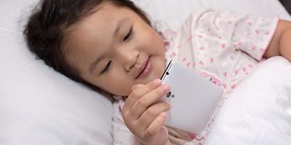 Menatap layar terlalu dekat bisa meningkatkan risiko mata minus