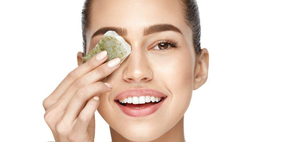 Teh hijau bisa digunakan sebagai cara menghilangkan flek hitam di wajah