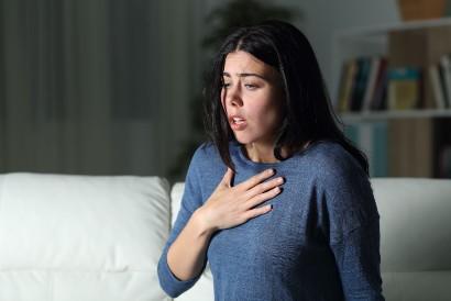 Penderita autophobia akan merasa cemas dan nyeri dada ketika membayangkan akan ditinggal sendirian