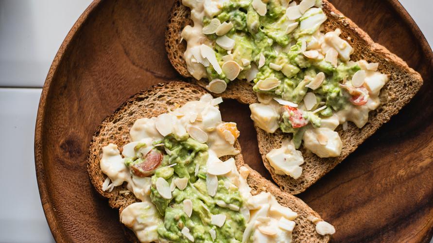 Meski sederhana, tambahan almond saja mampu menambah rasa avocado toast