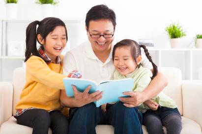 Ayah anak membaca buku