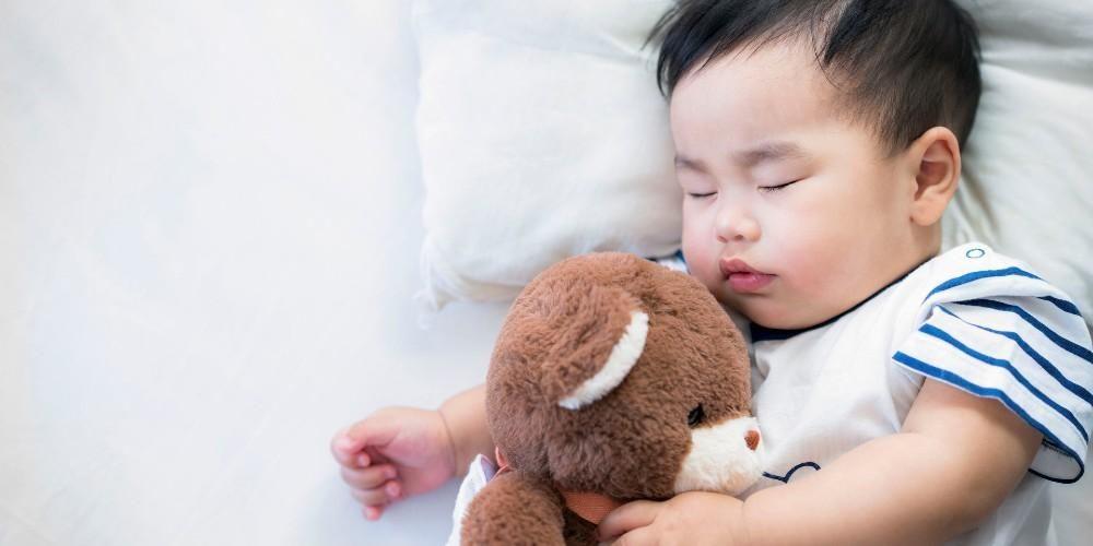 Singkirkan mainan bayi dan benda-benda lainnya agar mengurangi risiko kematian mendadak