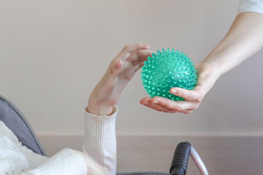 Menggenggam merupakan salah satu gerakan olahraga jari dengan bantuan bola