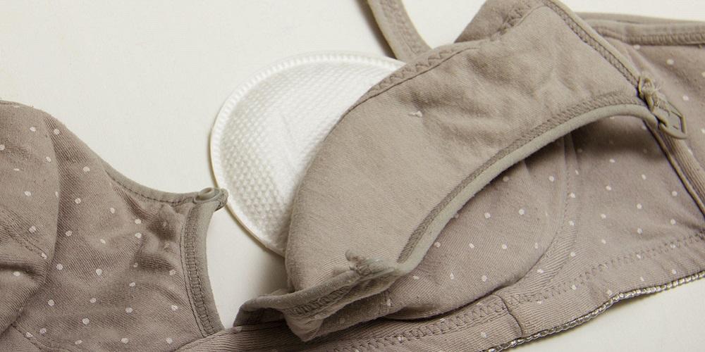 Pilih bra tanpa kawat untuk mengatasi payudara bengkak saat menyapih anak