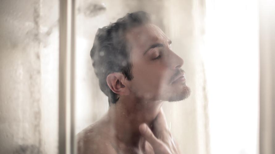 Mandi air hangat adalah cara mengatasi hidung tersumbat yang efektif dan alami