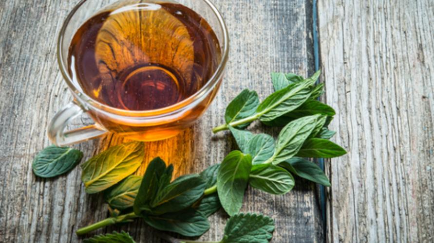 Meminum teh peppermint dipercaya sebagai cara mengatasi hidung tersumbat yang alami dan efektif