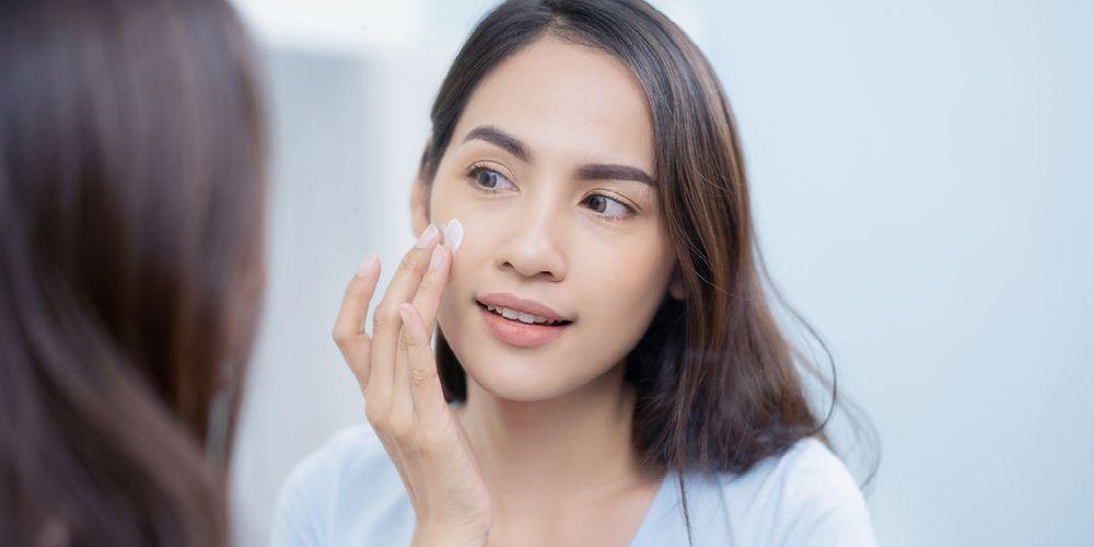 Setelah menggunakan masker mata, lanjutkan rangkaian produk skincare lainnya, seperti menggunakan pelembap