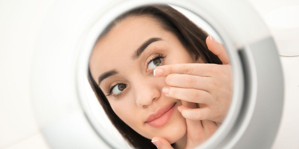 Letakkan softlens pada bagian bola mata Anda