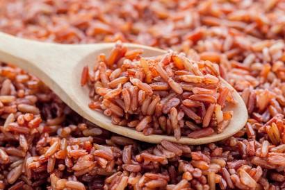 Cara membuat bubur beras merah sama seperti bubur nasi putih
