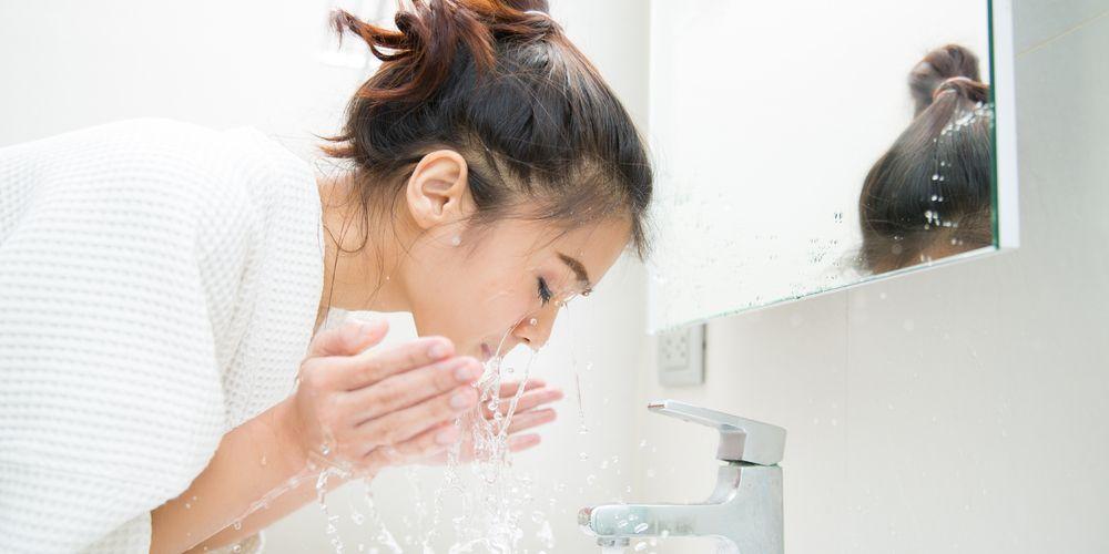 Pantangan setelah facial wajah berikutnya adalah jangan cuci muka berlebihan