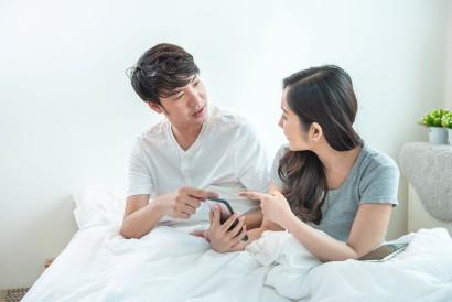 Salah satu cara menerima masa lalu pasangan adalah menahan keinginan untuk mengorek kisahnya