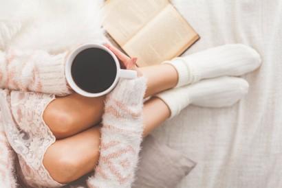Cara menghangatkan badan dari dalam adalah dengan minum kopi atau teh panas