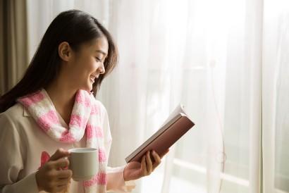 Salah satu cara menghibur diri saat sedih adalah membaca novel fiksi