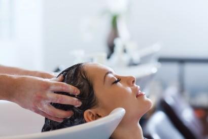 Cara menghilangkan ketombe dan rambut rontok adalah dengan menggunakan sampo antiketombe