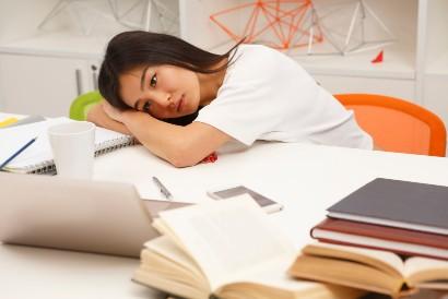 Salah satu cara menghilangkan ngantuk saat belajar adalah dengan duduk tegak di kursi