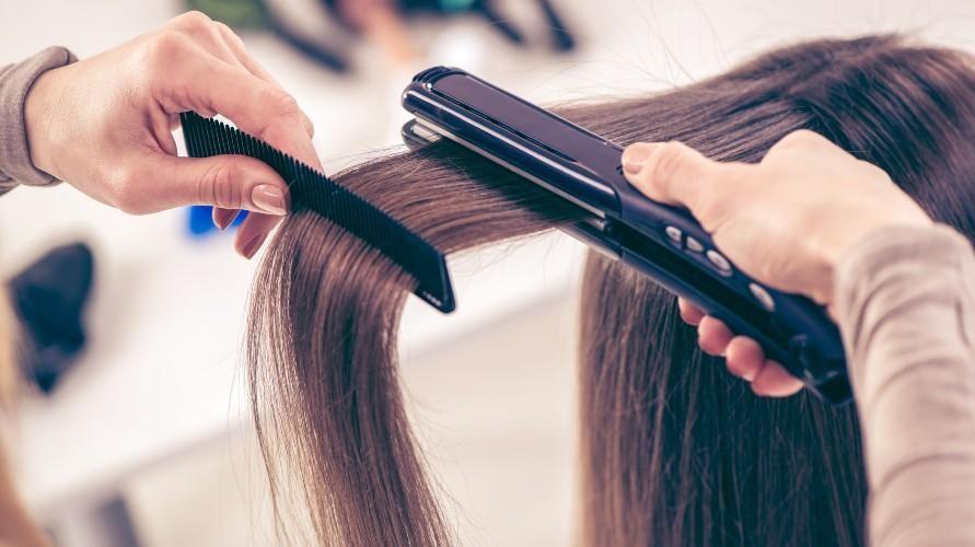 Penggunaan alat penata rambut perlu dibatasi agar rambut bercabang tidak semakin parah