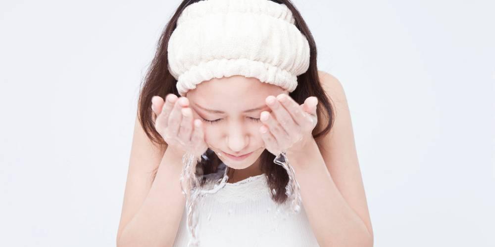 Perawatan kulit berjerawat salah satunya adalah cuci muka secara rutin