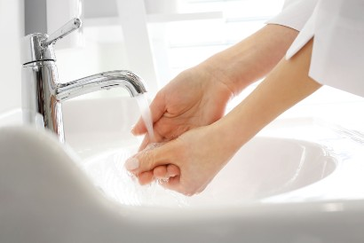 Biasakan cuci tangan sebelum mengganti popok bayi