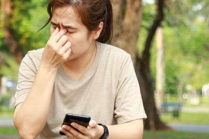 Dark mode menyebabkan penderita miopia sulit membaca teks dalam layar hitam